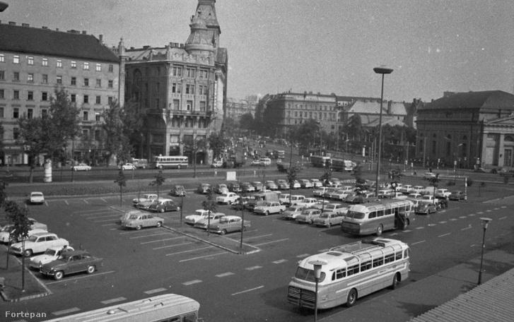 Ez volt a Gödör helyén: az Engels téri parkoló 1966-ban
