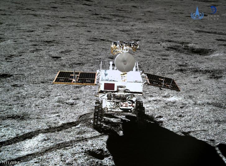 A Kínai Nemzeti Űrügynökség (CNSA) által közreadott, a Csang'o-4 kínai űrszonda kamerájával készített képen a Jade Nyúl 2 (Yutu-2) elnevezésű holdjáró a Hold felszínén, az égitestnek a Földről nem látható túlsó oldalán 2019. január 11-én.