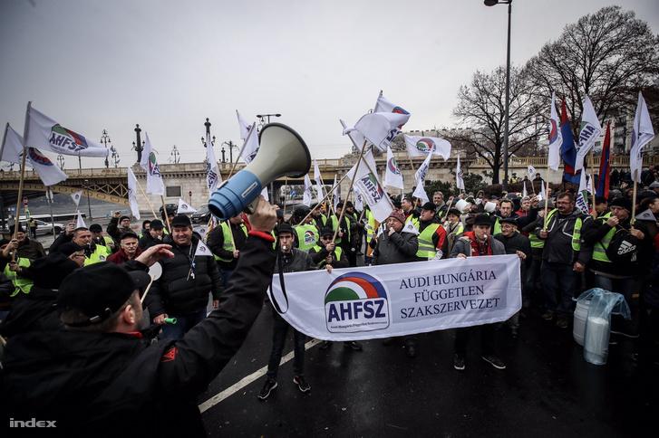 AHFSZ tagjai, a túlóratörvény elleni szakszervezeti budapesti tüntetésen, 2018. december 3-án
