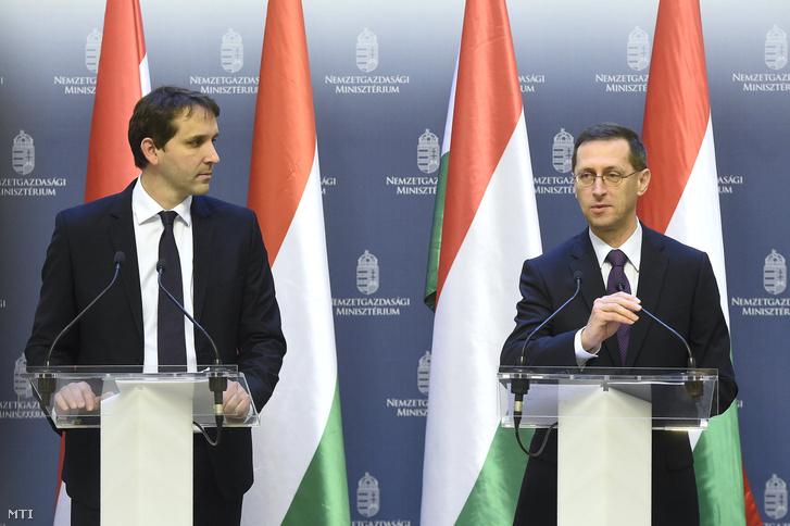 Varga Mihály pénzügyminiszter és Barcza György, az Államadósság Kezelõ Központ (ÁKK) vezérigazgatója