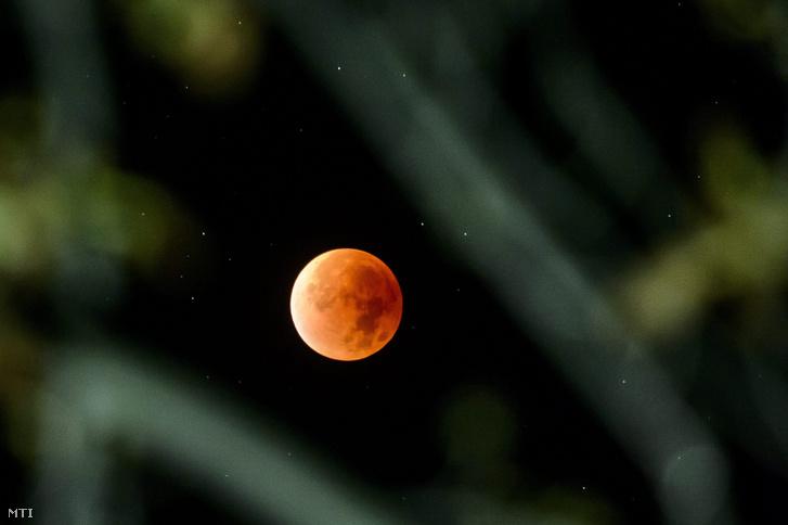 Teljes holdfogyatkozás Salgótarján Salgóbánya városrészéből fotózva 2015. szeptember 28-án