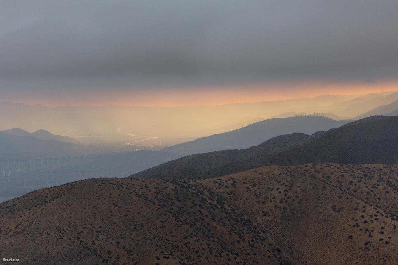 Országút, szélerőműpark, esőfelhő – a park határán túli panoráma a Keys View kilátóból.