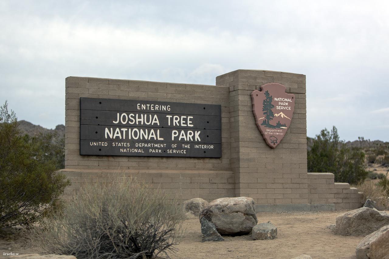 A park határát jelző tábla az egyik bevezető műút mellett.