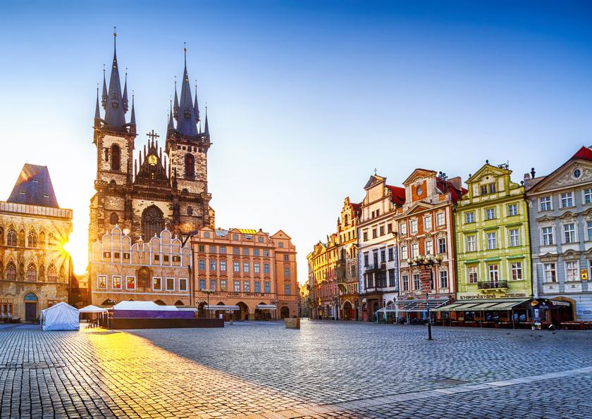 A Prágába érkező kirándulók első célpontja a történelmi Óváros, ami télen is mozgalmas: az Óvárosi tér a gótikus Tyn-templommal magával ragadó látvány.