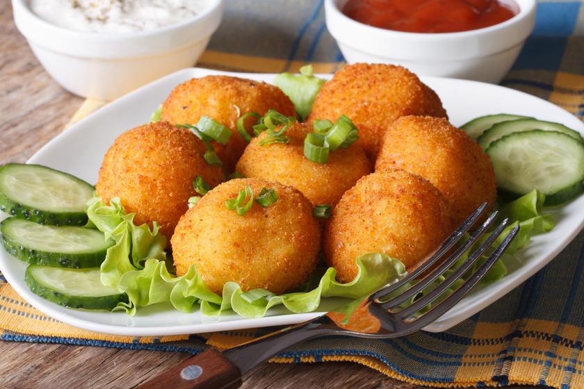 Tepsiben sült, sajtos, sonkás krumpligolyó: egyszerű, mégis isteni