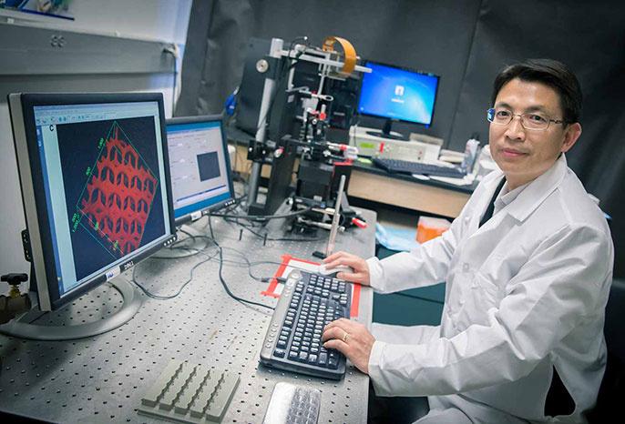 Shaochen Chen professzor egy nanoprinterrel.