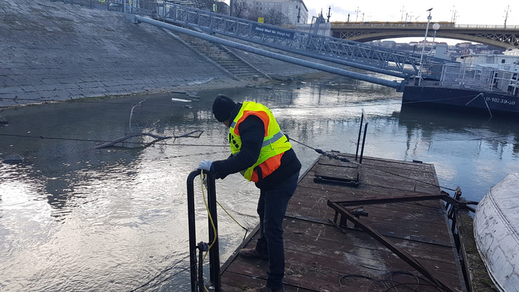 A kutatócsapat egyik tagja a Margit hídnál