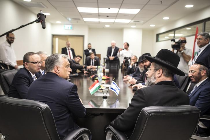 David Lau, Izrael askenázi főrabbija (j) és Orbán Viktor miniszterelnök (b) megbeszélést folytat Jeruzsálemben 2018. július 19-én.