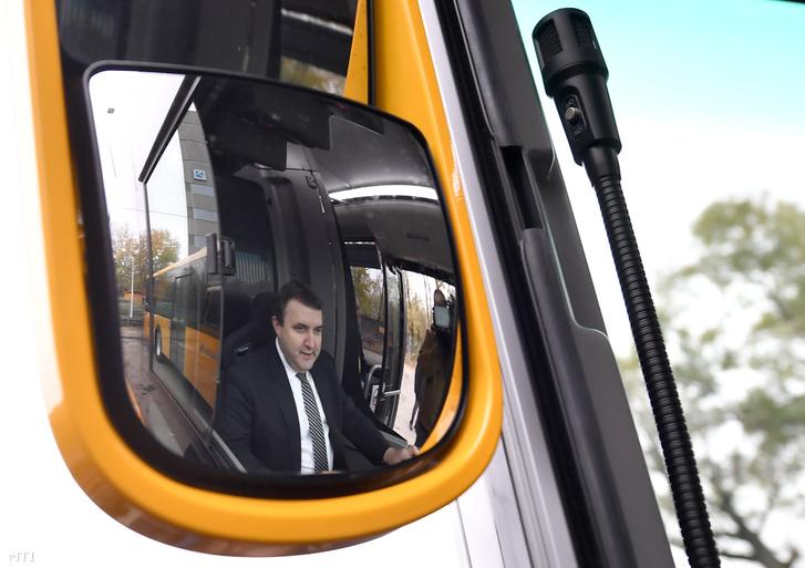 Palkovics László innovációs és technológiai miniszter egy autóbusz volánjánál 2018. november 23-án.