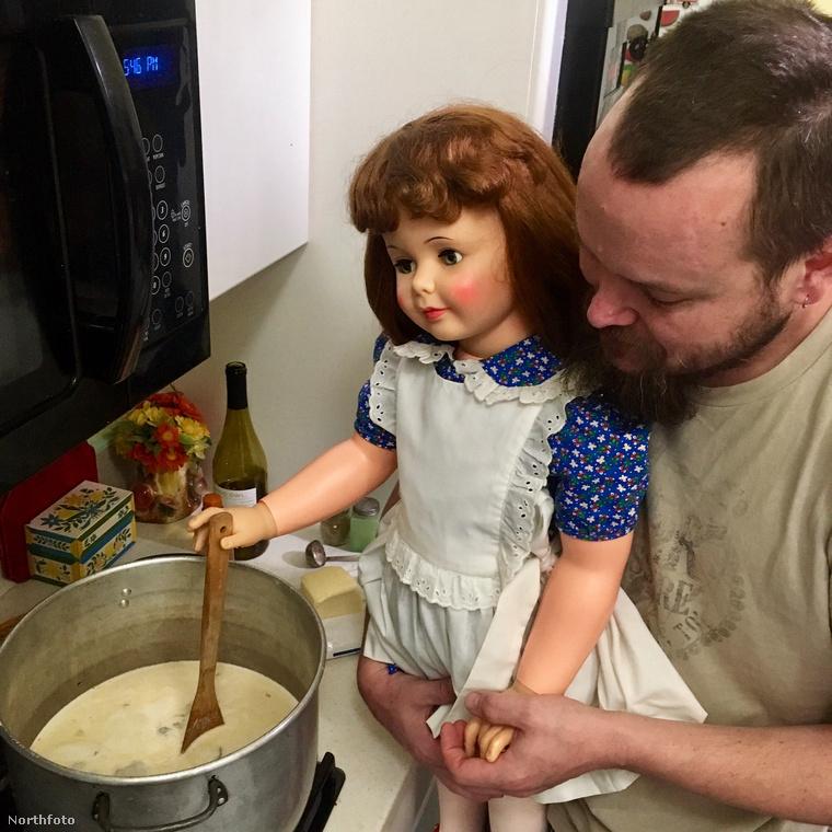 Nagyon ügyes kislány, segít főzni apunak!