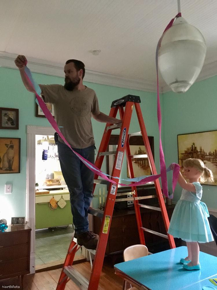 A házaspár egy Cross Hill nevű helyen lakik Dél-Karolinában, és olyan nagy gyakorlatra tettek már szert a műgyerekek nevelésében, hogy hátborzongatóan életszerű jeleneteket tudnak berendezni a babákkal.