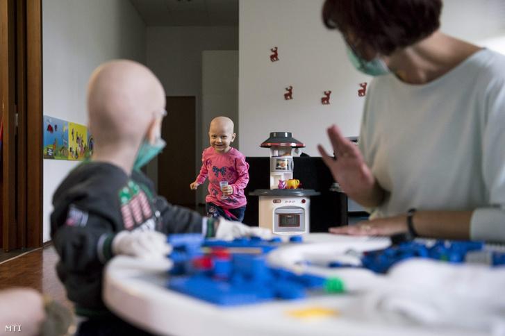 Lábadozó gyerekek játszanak csontvelő-átültetésüket követően a Déméter Házban.