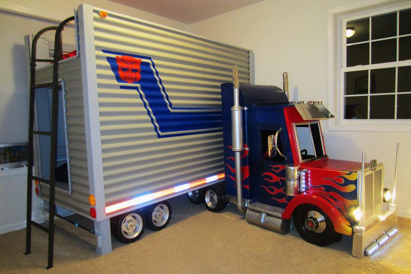 Egy parkoló teherautó a gyerekszobában? Nem, ez emeletes ágy!
