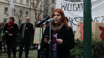 A tüntetéseken felszólaló 19 éves diákot támad a kormánysajtó