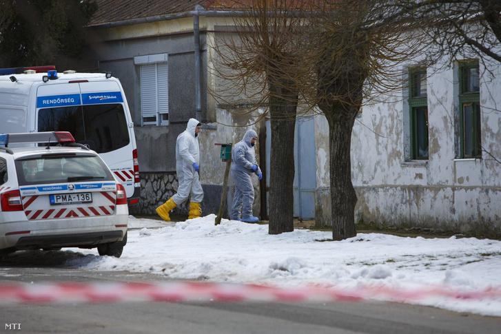Bűnügyi helyszínelők 2019. január 11-én a Veszprém megyei Káptalanfán, a Petőfi utcában