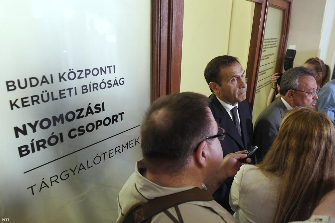 Gyárfás Tamás volt úszószövetségi elnök, médiavállalkozó (b) és ügyvédje, Bánáti János (j) nyilatkozik a tárgyalás után a Budai Központi Kerületi Bíróság folyosóján 2018. április 20-án.