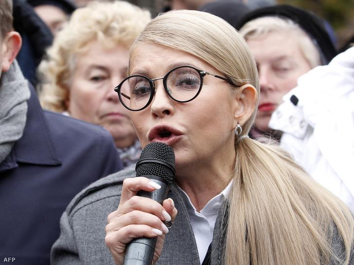 Az ellenzéki Batkivcsina párt tüntetésén beszél Julia Tyimosenko, ahol a gázárakra vonatkozó emelés visszavonását követelték Kijevben 2018. október 24-én