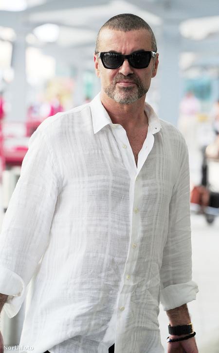 George Michael 2011 júliusában, a Heathrow repülőtéren