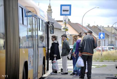 Utasok helyközi autóbuszra szállnak egy esztergomi megállóban.