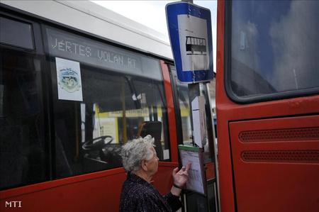 Menetrend az esztergomi buszpályaudvaron.