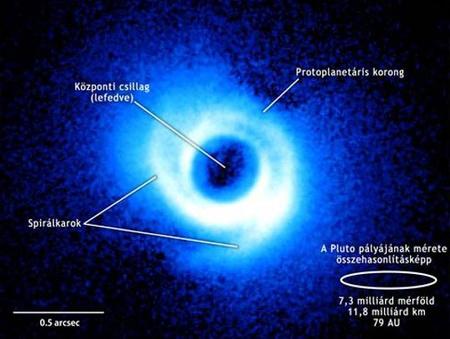 Két spirálkar nyújtózik a Lupus csillagképben található fiatal csillag, a SAO 206462 gázokban és porban gazdag korongjában. A kép a Subaru teleszkóp HiCIAO (High Contrast Instrument for the Subaru Next Generation Adaptive Optics) műszerével készült. Ez az első felvétel egy protoplanetáris korongról, amelyen egyértelműen azonosíthatók spirálkarok. Maga a korong mintegy 24 milliárd kilométer átmérőjű, ami nagyjából a Pluto pályájának a kétszerese.