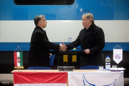 Orbán Viktor és Gaskó István, a VDSZSZ elnöke a közös nyilatkozatot aláírása után a MÁV-Gépészet kocsijavító műhelyében.