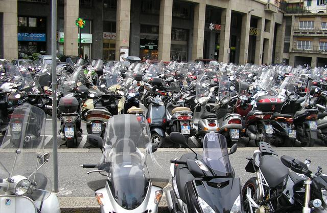 Átlagos olasz utcakép. Ennyi autó egy futballpályát is megtöltene.