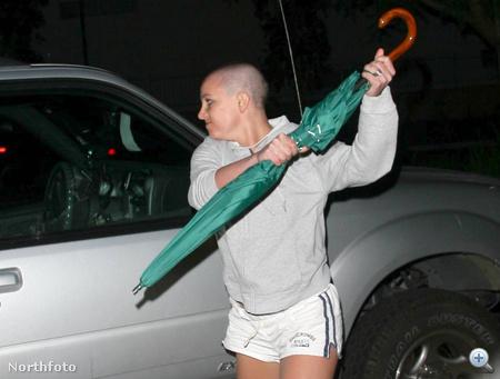Britney Spears meglógott az elvonóról: kopaszon, ernyővel támad egy autóra 2007 februárjában