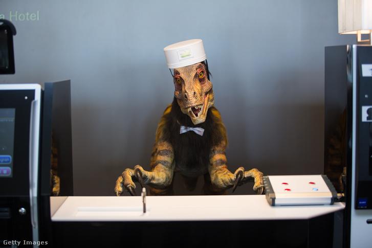 Robot dinoszaurusz a recepción a hotelben