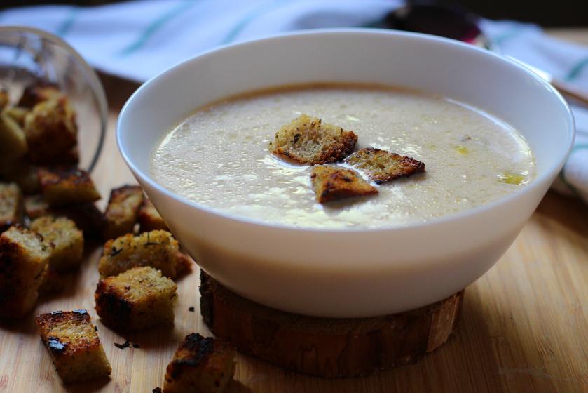 Tejszínes póráhagyma leves krutonnal - Gőzölgő leves friss, roppanós levesbetéttel