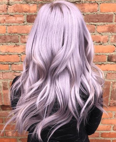 A hajszínek közül a bevállalósabbak idén a metálos, füstös halványlilára szavaznak. Gyönyörű, nőies árnyalat, ami mindenki figyelmét felkelti. Balayage-festéssel lesz a legszebb.