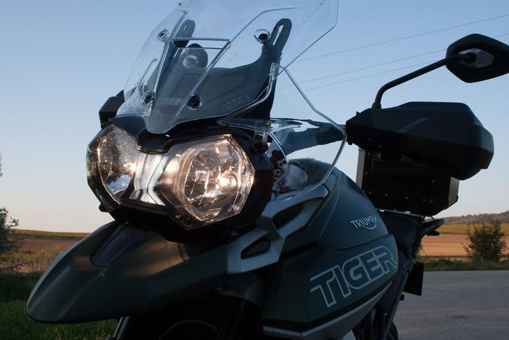 Az XCx modellen csak a fényszórók közötti, Triumph logó formájú menetfény LED-es, de a csúcsváltozat, az XCA esetén már a komplett világítás