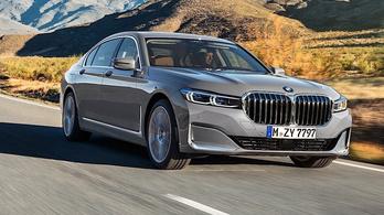 Betolja új arcát a 7-es BMW. Talicskán.
