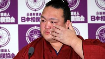 Könnyek közt vonult vissza a japánok egyetlen szumós nagybajnoka