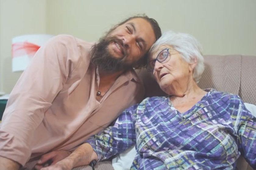 Momoa nemrég meglátogatta Mabel nagymamáját, iowai otthonában, ahol egyébként gyermekkora nagy részét töltötte.