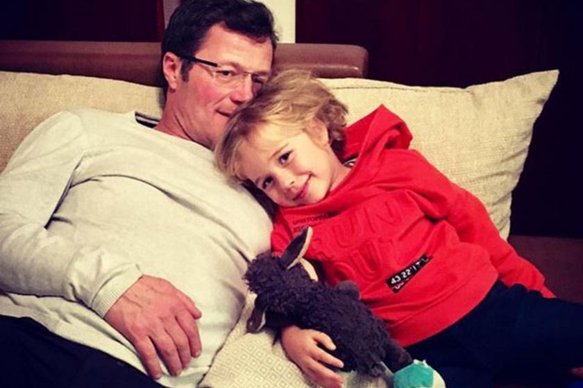 - Jó együtt - írta a fiával közös, kedves fotó alá az 52 éves színész.
