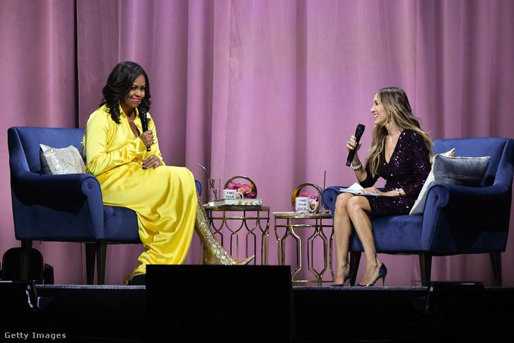Michelle Obama egy azóta szintén legendássá vált csizmában mutatja be a könyvét Sarah Jessica Parkerrel