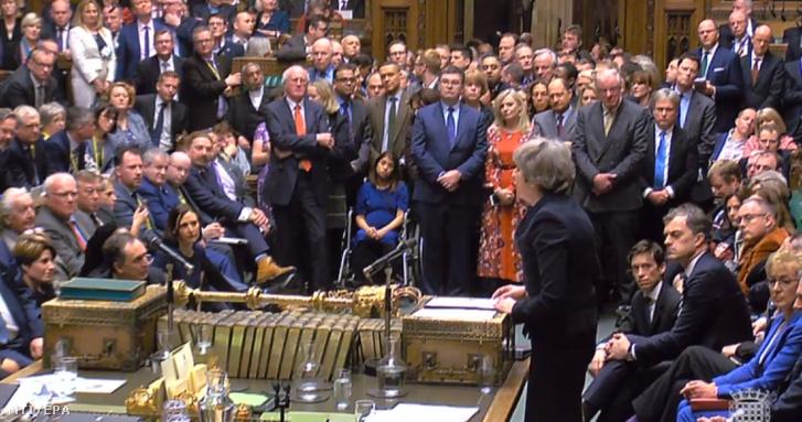 Theresa May miniszterelnök (j) felszólal, miután az alsóház hatalmas arányban elutasította a brit európai uniós tagság megszűnésének (brexit) feltételeiről szóló megállapodást a londoni parlamentben 2019. január 15-én.