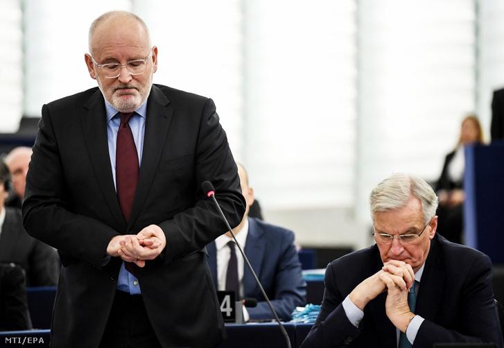 Frans Timmermans, az Európai Bizottság első alelnöke (b) felszólal a brit EU-tagság megszűnéséről (Brexit) folytatott vitán az Európai Parlament üléstermében, Strasbourgban 2019. január 16-án. Előző nap a brit alsóház 230 szavazat többséggel elutasította a kormány és az Európai Unió közötti Brexit-megállapodást. Jobbról Michel Barnier, az Európai Bizottságnak az Európai Unióból történő brit kiválás ügyében felelős főtárgyalója.