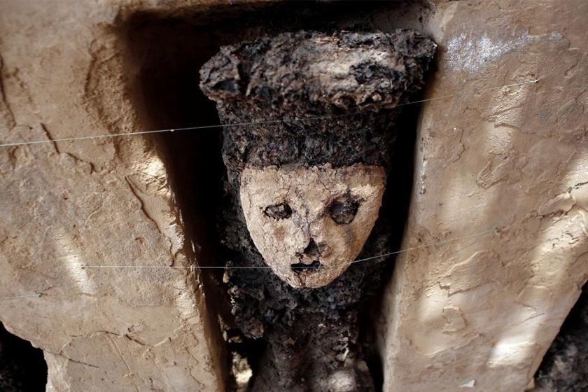 A húsz darab, fából faragott szobrot falba vájt mélyedésekben találták meg. Mindegyikük 70 centis.