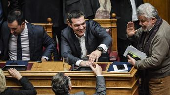 A görög kormányfő rettentő szorosan nyerte a bizalmi szavazást