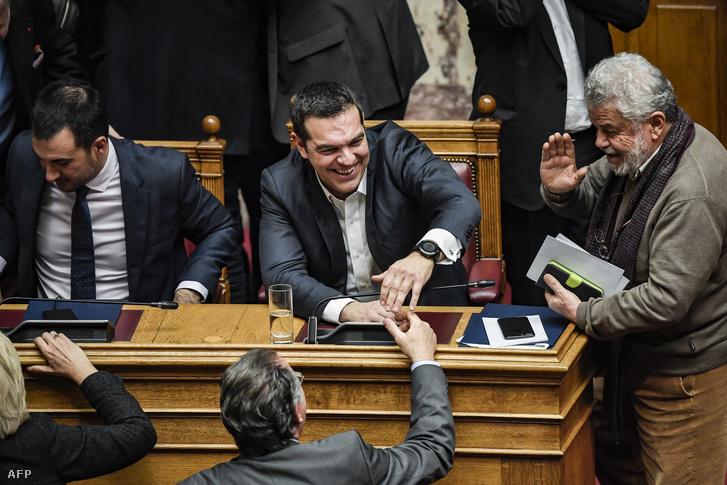 Alekszisz Ciprasz (k) a bizalmi szavazás után
