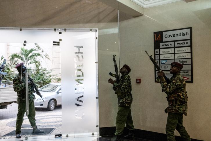 Rendőrök a hotelen belül, ahol tűzharcba keveredtek a terroristákkal 2019. január 15-én