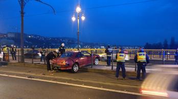 Keresztbe fordult egy autó a síneken a Margit hídon