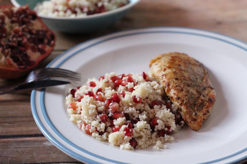 Fűszeres sült csirkemell gránátalmás kuszkusszal - Egy egyszerű étel, nagyszerűen elkészítve
