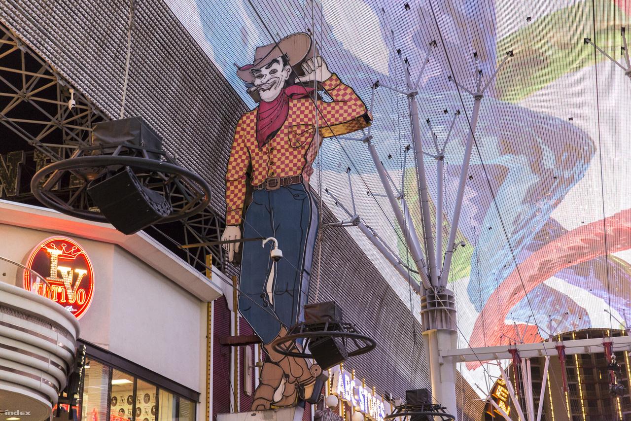 Ő itt Vegas Vic, a The Pioneer Club emblematikus neoncowboya, 1951-ből (25 E Fremont Street). Sajnos Las Vegas világszerte jól ismert jelképe nem működött ottjártunkkor (2019. január).