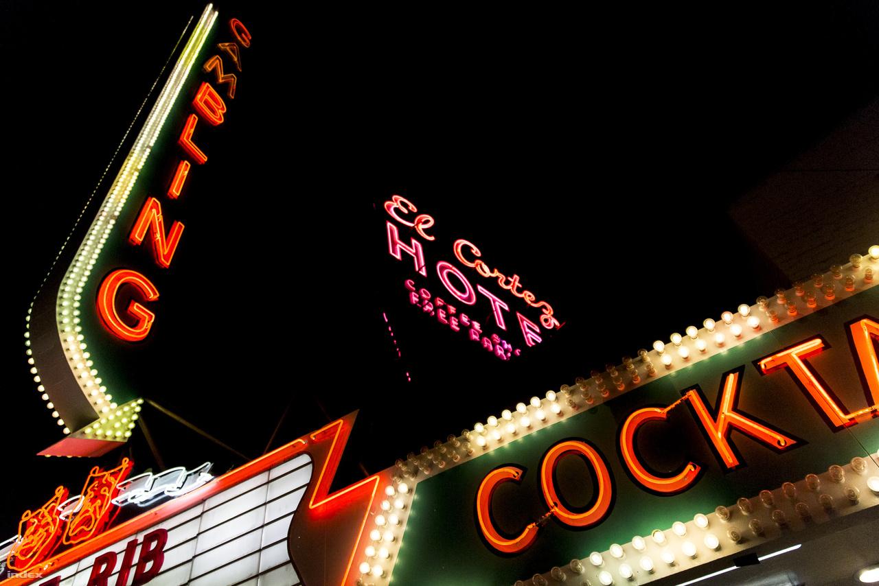 Étterem, játékterem, hotel, koktélbár – neonkavalkád a Fremont utcában.