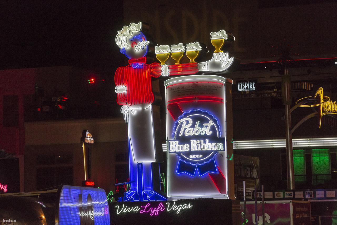Pabst Blue Ribbon sörreklám a Fremont utca közelében.
