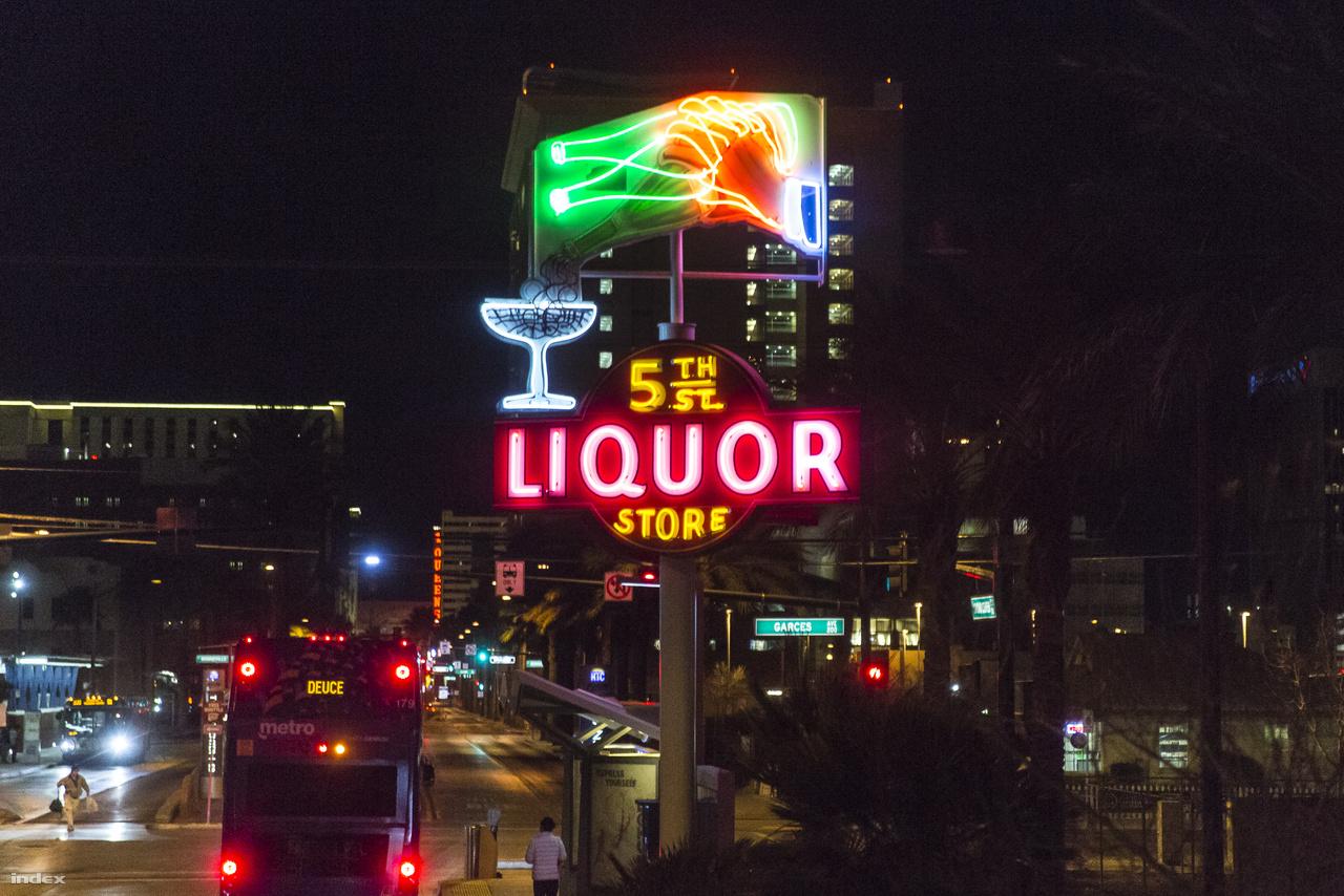 Egy eredeti helyén megmentett és felújított neon: 5th Street Liquor Store 1945-ből.