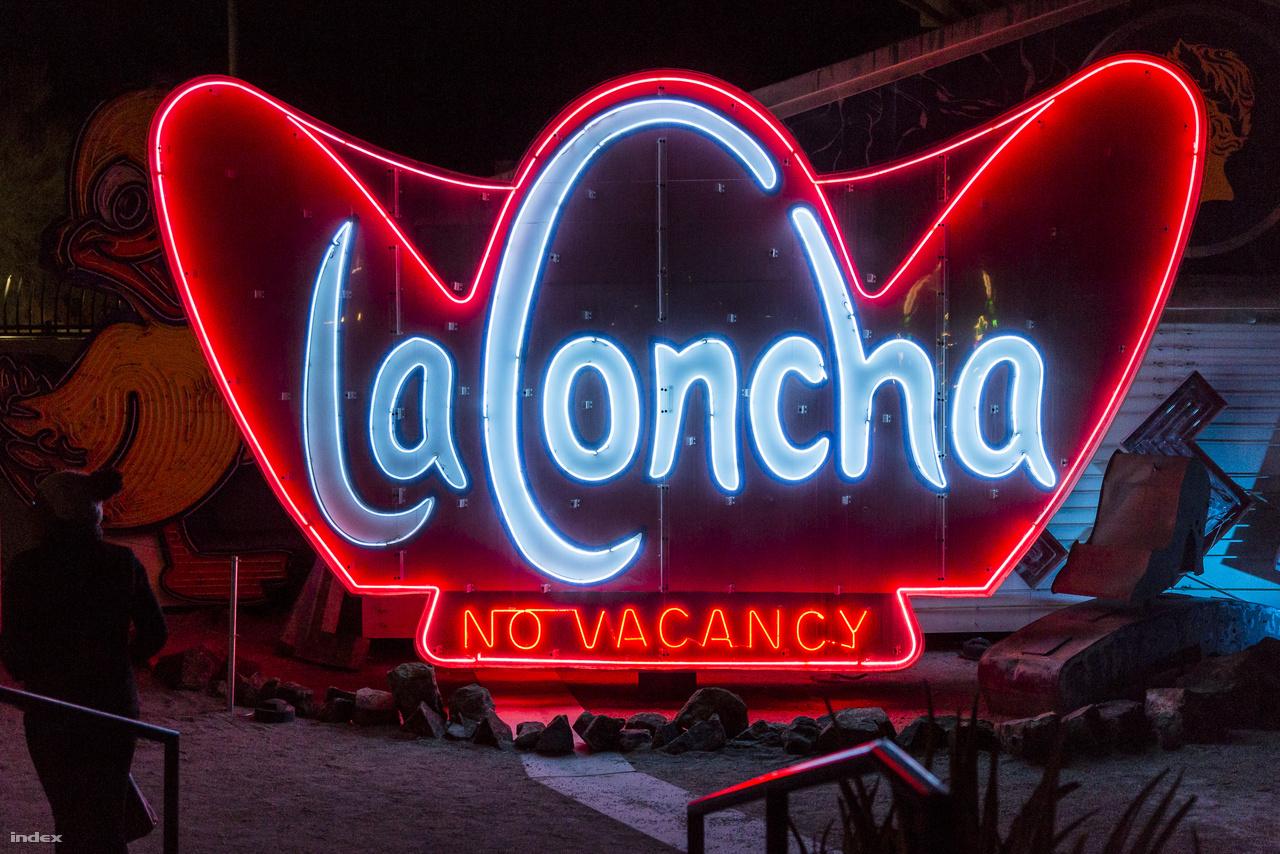 Az 1961-ben megnyitott La Concha Motel egykori neoncégére, ami az autós szálló kagylóhéj formájú fogadóépületének vonalait idézi fel. A Paul Revere Williams tervezte vasbeton, Googie épületet 2006-ban szétbontották, majd új helyen összerakták, és jelenleg a Las Vegas-i Neon Múzeum üzemel benne. A hatalmas neon a múzeum gyűjteményének becses darabja.